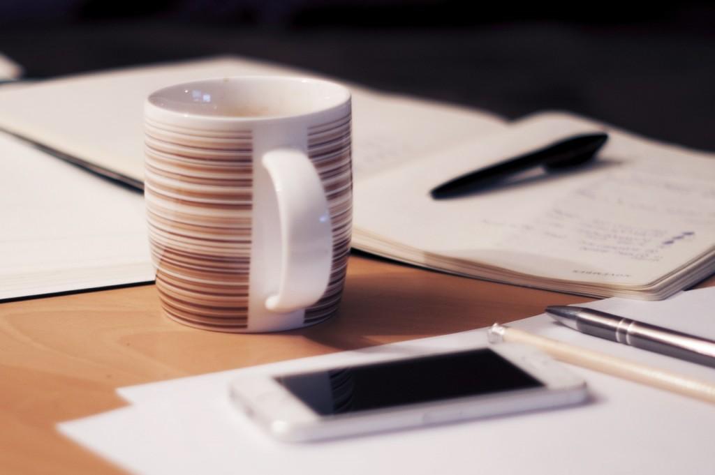 手帳とマグカップとペン
